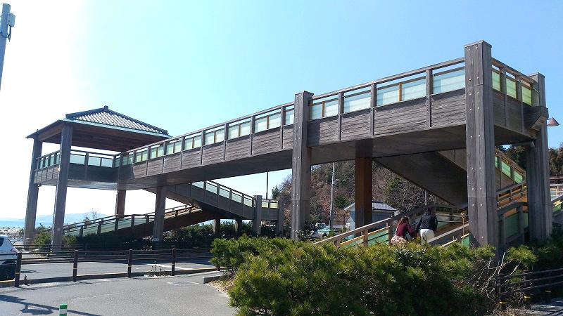 ビーチへの歩道橋