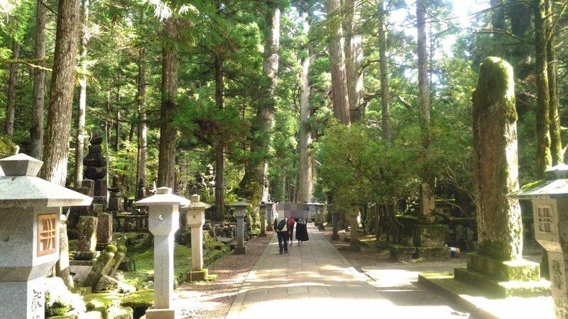 奥之院の参道には、有名戦国武将の墓がある